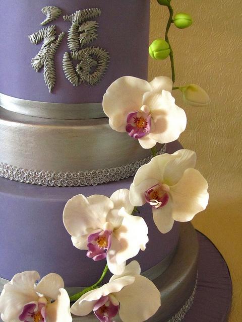 Sugarpaste orchid cake detail