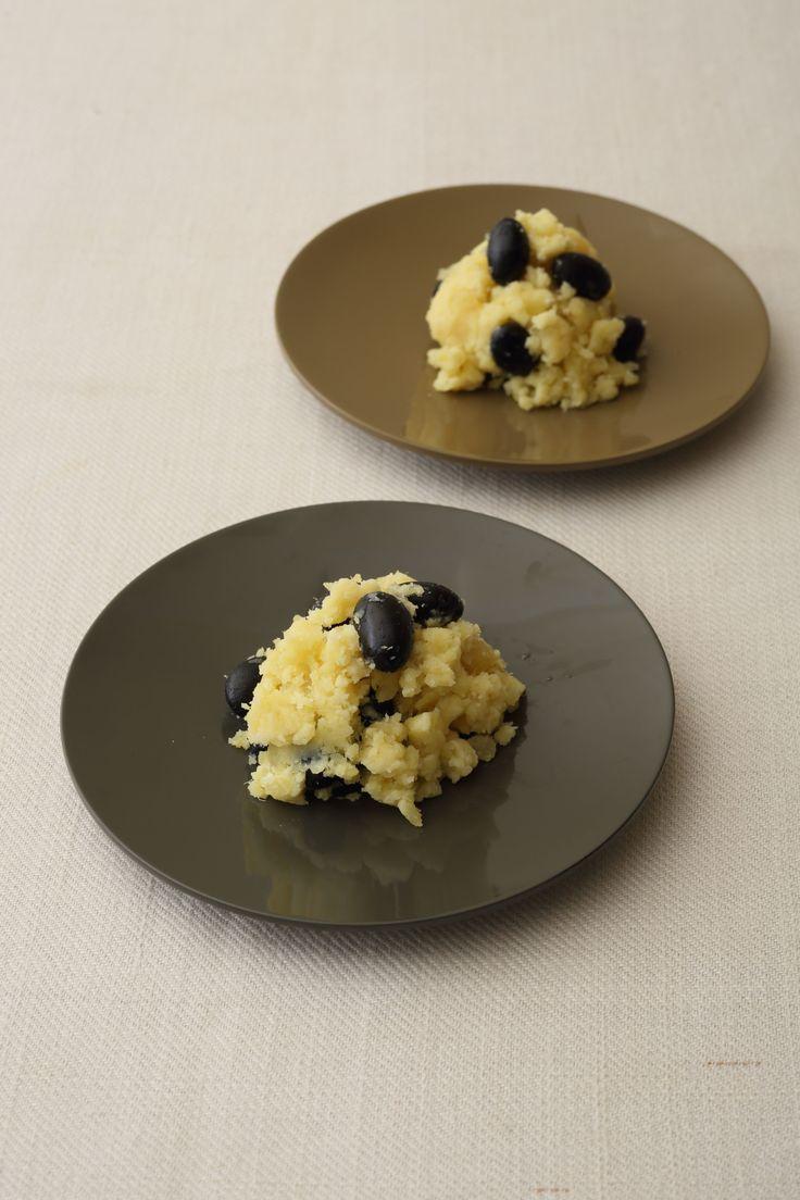 チーズ風味のほんのりした甘さ 香り豊かなワインと合わせたいディップ  <材料 2〜3人分> さつまいも 200g バター 30 g クリームチーズ 30g 黒豆の甘煮 50 g