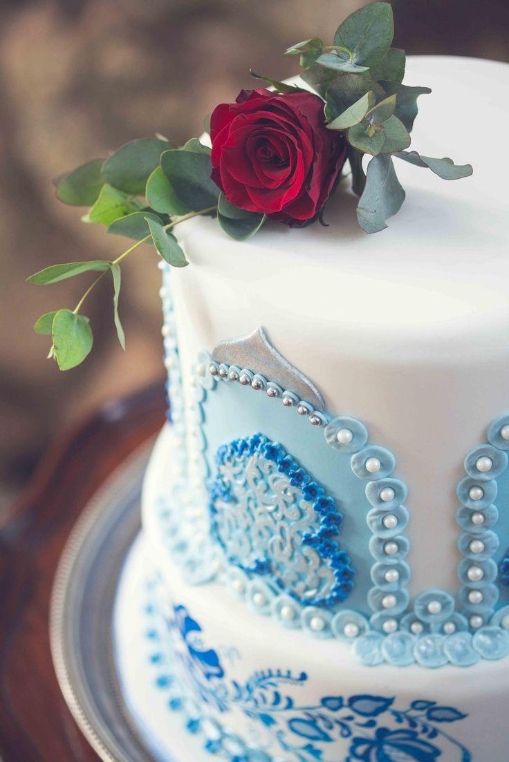 Blue & white wedding cake Photo: Kusjka du Plessis Cake: A Cake Story