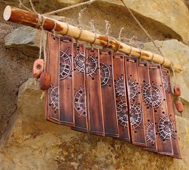 Krásně zvoní i ta do červena Keramická, krásně zvonící zvonkohra Rozměr 22 x 37 cm
