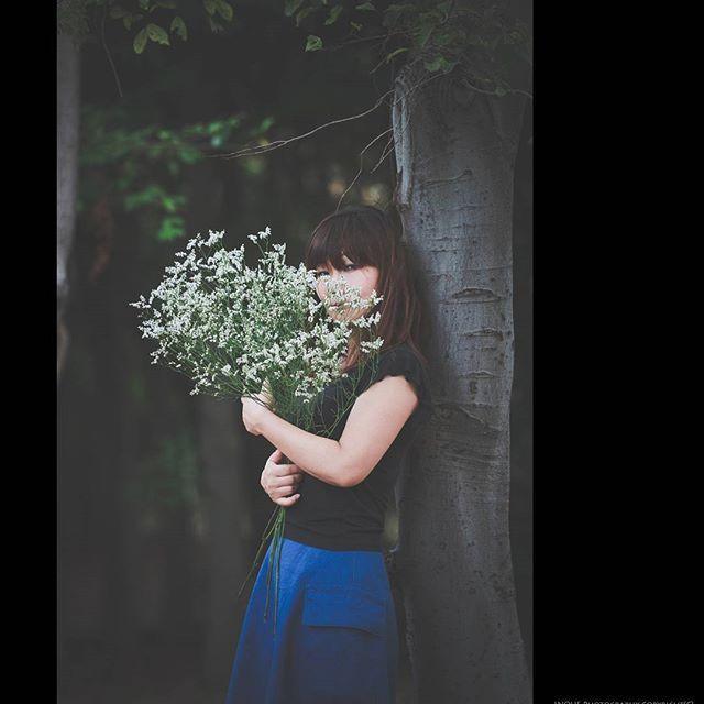 【mihomoriko】さんのInstagramをピンしています。 《この花の名前はなんだったかな。 かすみ草がなかったんだ。  最近ほんまに人の名前が出てこなくて、 でもまっったく出てこない訳じゃなくて、ギリギリのとこまで出てきてるのにもうあとほんのちょっとが出てこない。 彼氏にはいつも「惜しいところまでいくのにな。」って言われてたけど、こないだ真剣に、「なんでそんなにでてこーへんの??なんで?わざとなん?」って言われた。。。 わざとな訳あるかぃ!! ヽ(`Д´)ノ=3=3 。。。なんでやろうね(๑´•ω•`๑)ショボーン  ぃゃ、歳やろ。プッ=3  #ポートレート#女性#ポトレ部 #カスミソウ#かすみ草  じゃないよ。#やっぱ腕が太いな#ファインダー越しの私の世界#森#森林#公園だけどね#木#樹#キャノン#キヤノン#一眼#一眼レフ#ファッション#デニム#写真撮ってる人と繋がりたい#写真好きな人と繋がりたい#portrait#woman#camera#canon#flowers#forest#woods#blue》