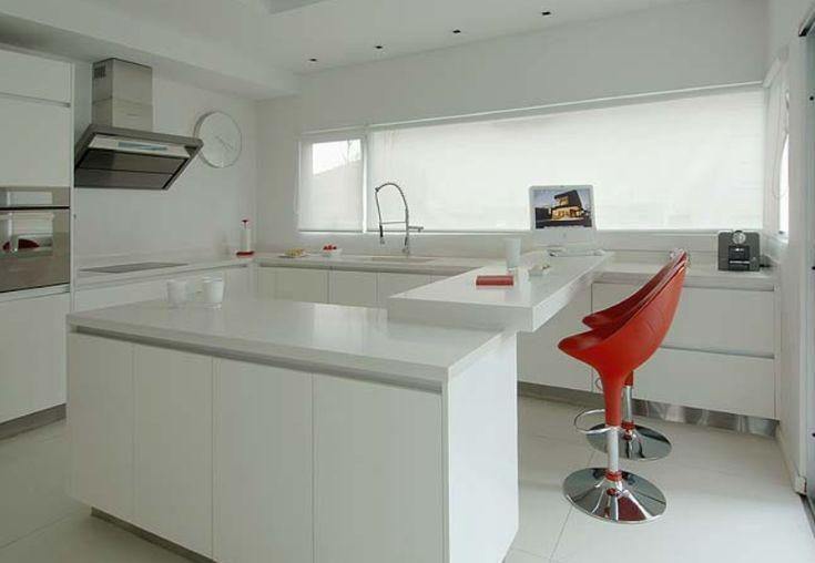 cozinha moderna com revestimento branco http://oazulejista.blogspot.com.br/2014/03/revestimento-de-paredeo-monopolio-do.html#axzz2vqMoNaqP
