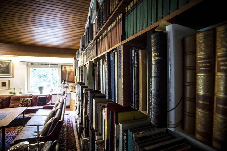 Das Foto zeigt die Büchersammlung im Wohnhaus von Helmut Schmidt in Hamburg Langenhorn. Das Wohnhaus soll als virtuelles Musum auf der Webseite der Schidt-Stiftung erhalten bleiben.