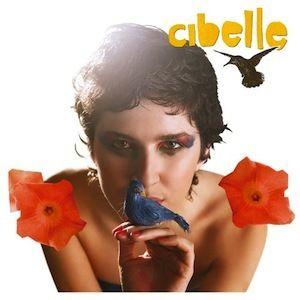 Quelle voix, quelle présence, quelle élégance. Cibelle (2003), premier album éponyme de Cibelle démarre avec la superbe chanson