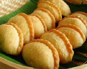 Recipe for panada Vemale.com - Panada merupakan salah satu kue khas Manado yang bentuknya menyerupai kue pastel. Kue ini biasanya diisi dengan ikan laut cakalang yang dibumbui dengan panpis. Bumbu panpis dibuat dari ikan cakalang dimasak dengan bawang merah, daun jeruk, kemangi, cabe merah, daun bawang, sedangkan ikannya disuwir kecil-kecil.