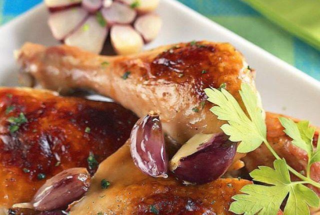 Frango com alho  Ingredientes: · 1 kg de pedaços de frango (peito, coxa, sobrecoxa, asa) · 1 1/4 de xícara (chá) de vinho branco · Sal e pimenta-do-reino a gosto · 3 cabeças de alho · 2 colheres (sopa) de margarina  Modo de preparo: Em um recipiente ponha o frango, junte o vinho e tempere com sal e pimenta. Deixe marinar por no mínimo 1 hora. Aqueça o forno a 200 ºC. Escorra e reserve a marinada. Ponha o frango em um refratário untado com um pouco de margarina. Sobre o frango espalhe os…