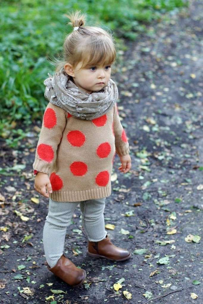 vêtements bébé fille: pull-over tricoté à pois, foulard et bottines