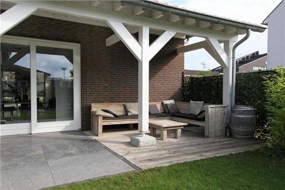 Jolie terrasse couverte réalisée avec des lattes de bois blanc ...