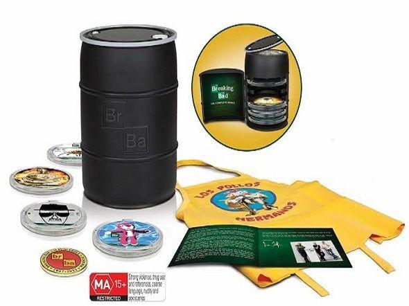 Edición Coleccionista  de 'Breaking Bad', en forma de barril, la cual contiene toda la serie en Blu-ray, un delantal de 'Los Pollos Hermanos', un folleto y una insignias conmemorativas. No podía estar más completa.