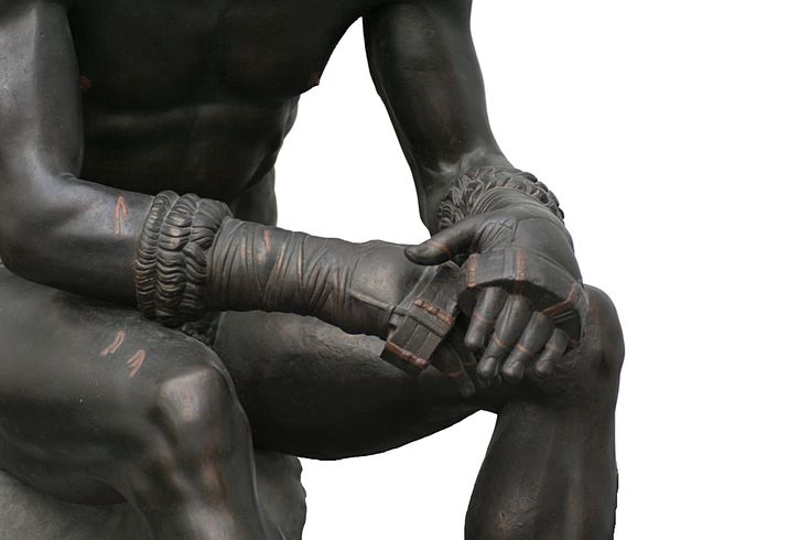 """Nasce lo sport ma gli manca la parola! Presso i Greci il momento sportivo era parte essenziale dell'educazione. Tuttavia il termine sport non esisteva nel vocabolario greco. I Greci per indicare le loro attività usavano i termini gymnastique (da gymnos, nudo) perché gli atleti si confrontavano nudi, oppure agon (concorso,lotta, emulazione) o athlon (sforzo, lotta) o ancora athlos (combattimento, exploit) da cui gli aggettivi """"agonistico"""" e """"atletico""""."""