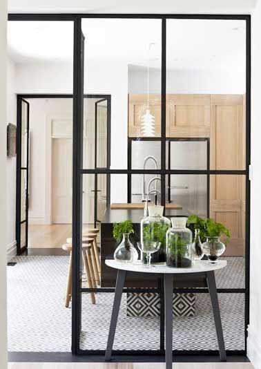 Isoler une cuisine ouverte avec deux verrières d'intérieure