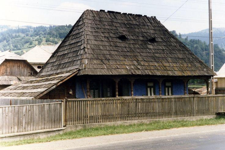 http://upload.wikimedia.org/wikipedia/commons/0/07/Romania_Maramures_Haus_01_1990.jpg
