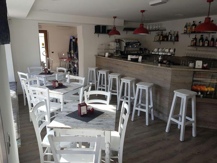 Oltre 25 fantastiche idee su bancone in legno su pinterest for Arredamento bar tavoli e sedie
