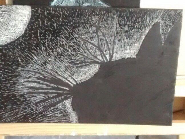 Y así, bajo la luna un gato mira