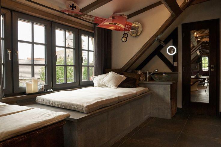 Domáce kúpele so saunou osviežia váše telo i ducha. A po saune sa môžete vyhriať na kresle od firmy Sommerhuber pri ohni a dobrej spoločnosti. Medze fantázii ako použiť kachliarske materiály sa nekladú.  Domáce kúpele s veľkoplošnou exkluzívnou keramikou a saunovou technológiou od firmy Sommerhuber. Kreslo s veľkoplošnou keramikou s elektrickým vyhrievaním Sommerhuber. Obloženie vane - prizanané šamotové tvarovky Hafnertec. Oheň v krbe bez dymu - biolakoholové ohnisko od firmy The Flame s…