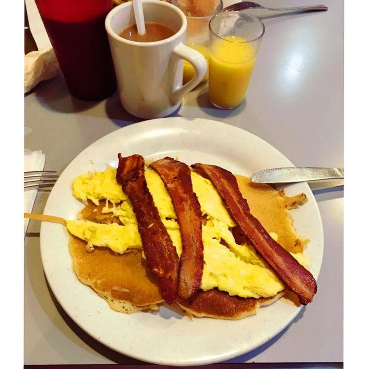 Bacon and eggs, traditional New York's breakfast #goodmorning #breakfast #baconandeggs #coffee #juice #food