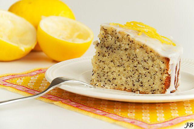 Ingrediënten:  - 115 g boter, zacht geroerd  - 115 g suiker  - 4 grote eieren  - 180 g gemalen amandelen  - 30 g maanzaad  - 2 citroenen...