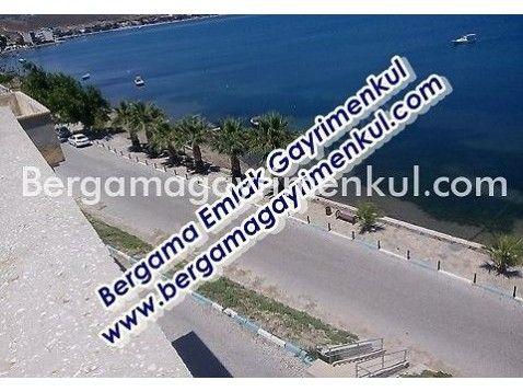 İzmir dikili çandarlı da satılık merkezde denize 0 çarşı içinde teraslı çatı katı daire 3/3 2+1 90