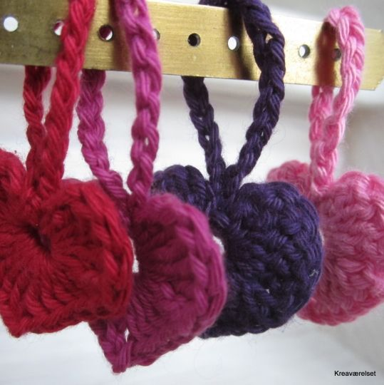10 fine hæklede hjerter, med eller uden hang. Til salg på min amio-butik, Kreaværelset for 30kr.