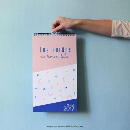 Calendario de pared 2017. Los sueños no tienen fecha… ¡Solo hay que cumplirlos! El calendario de pared de Lilou está lleno de sorpresas y de diseños listos para alegrarle le día a cualquiera. Descubre el día de quedarse dormido, de la risa o el de besar con los labios pintados de rojo… El 2017 va a despegar, ¿preparados?