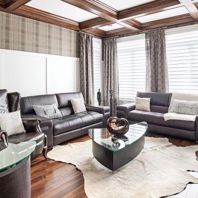 Moulures blanches -  Poutres au plafond -Papier peint à carreaux gris - Classique et masculin - Salon - Inspirations - Pratico Pratiques