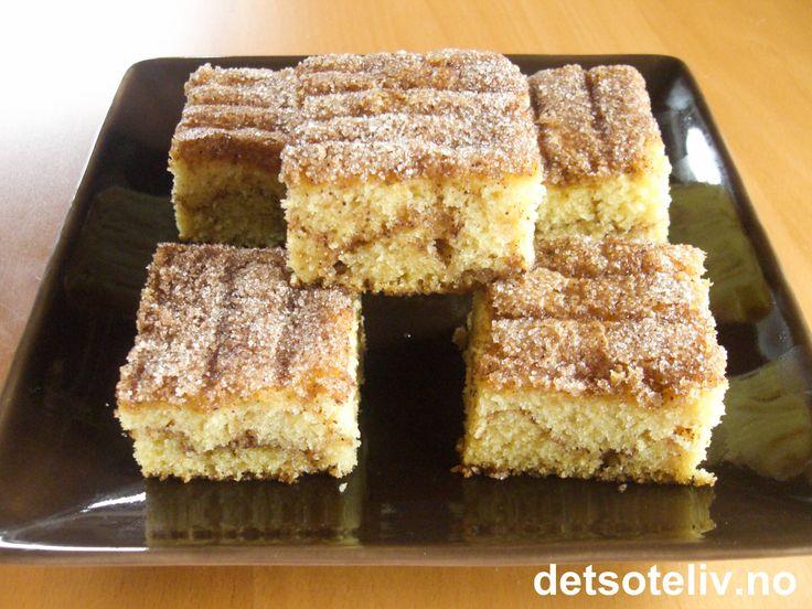 En lettlaget og veldig smakfull langpannekake med sukker- og kaneldryss både inni og oppå kaken! Rømme i deigen gir den myke konsistensen. Oppskriften er til stor langpanne.
