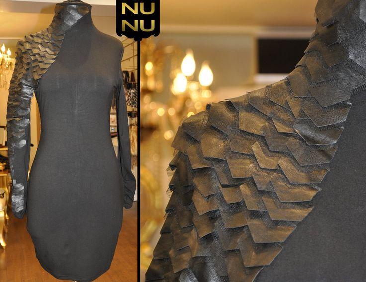 Sihirli Elbiseler: Nunu Moda'da! Siyah, geometrik detaylı forma sahip olan vücudu saran, dar bodycon elbiseyle ince ve zarif bir görünüşe sahip olabilirsiniz!  #NunuModa #siyahelbise