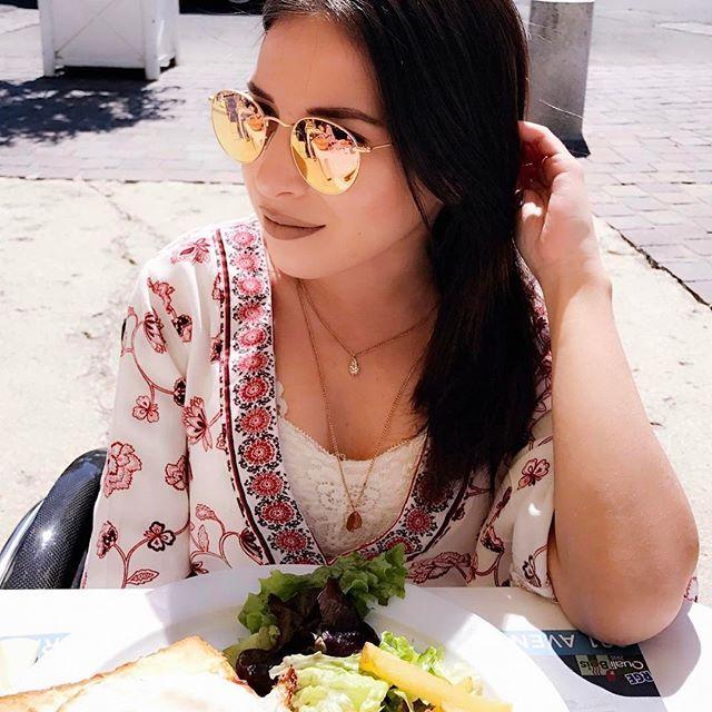 Le bonheur de manger en terrasse 👏🏼😎 Ps : vous avez vu ma dernière video ? C'est ma routine du matin ! 👩🏻💻 #NewVideo #MorningRoutine #SunnyDay #Yay