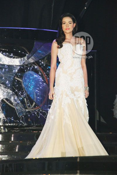 """This is the lovely Bea Alonzo doing a modelling sting during her production number at the ABS-CBN 2011 Christmas Special, """"Da Best ang Pasko ng Pilipino"""" last December 13, 2011 at Smart Araneta Coliseum. #BeaAlonzo #ABSCBNChristmasSpecial #DaBestPasko #DaBestangPaskongPilipino #DaBestangPaskongPinoy"""