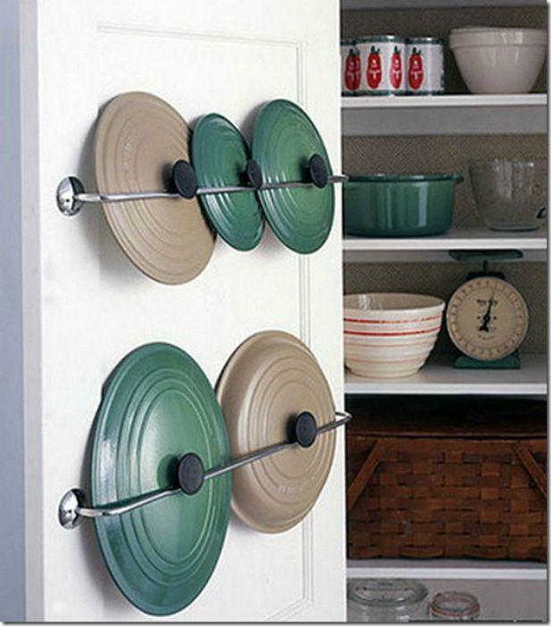 Дверцы кухонных шкафов можно использовать для хранения крышек от кастрюль.