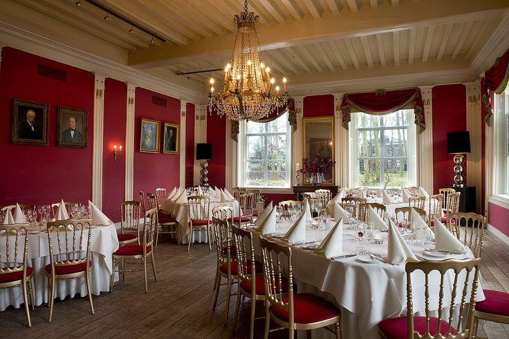 De empirezaal met haar klassiek rode muren, kroonluchters, een antieke houten vloer, prachtige glas-in-loodramen in combinatie met moderne bloemstukken en schermlampen kunnen we met recht een koninklijke zaal noemen.
