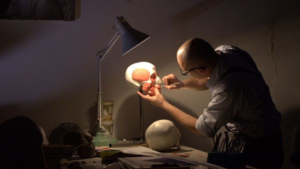 Davide Porta, del Laboratorio di Antropologia e odontologia forense dell'Università degli Studi di Milano, lavora sul calco del cranio di Crisanto per cercare di ricostruirne il volto.