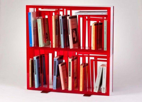 """Vuota assomiglia ad una scultura, ma in realtà è uno """"scrigno"""" per libri. Bookshape Small di Lettera G è interamente realizzata in metacrila..."""