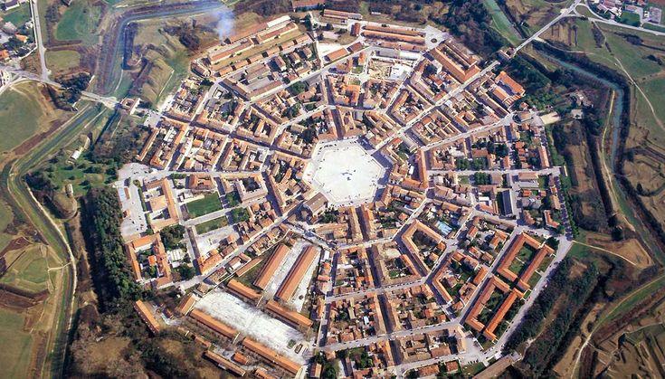 Il borgo sembra uscito da un film di fantascienza per la sua forma di stella a nove punte