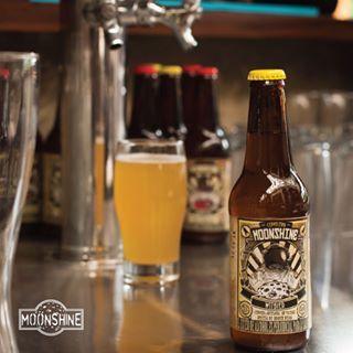 Y para esquivar los sabores uniformes de las grandes casas cerveceras, se creó Moonshine. Pruébala ya! #piensaindependiente #tomaartesanal #cervezabogotana #cervezasmoonshine #cervezacolombiana #craftbeer #bogota