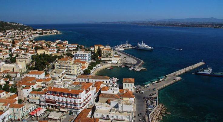 Faros Hotel Spetses Located in the Clock square of Spetses, the family-run Hotel Faros is just 50 metres from the historic Dapia area and the harbour. It offers a restaurant and free Wi-Fi in public areas.