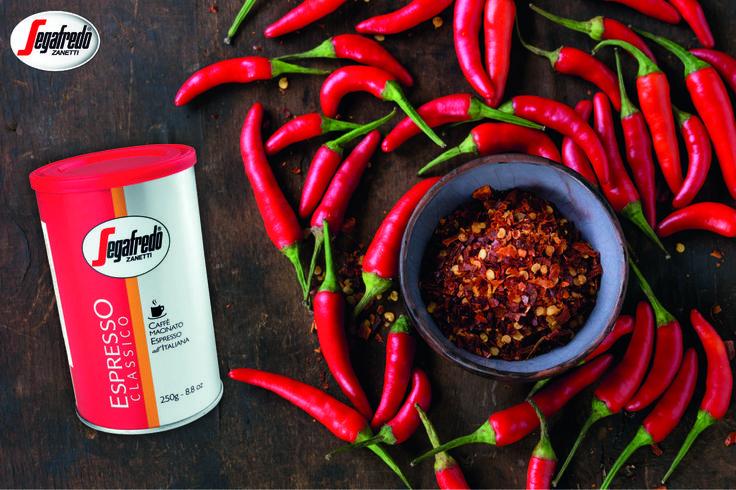 Dziś kawę doprawiamy papryką chili! Dzięki temu nie tylko doskonale rozgrzeje, ale i nabierze odchudzających właściwości. http://www.sklepsegafredo.pl/segafredo-espresso-classico-puszka,id7.html #PrzepisNaKawę #KawaZChili