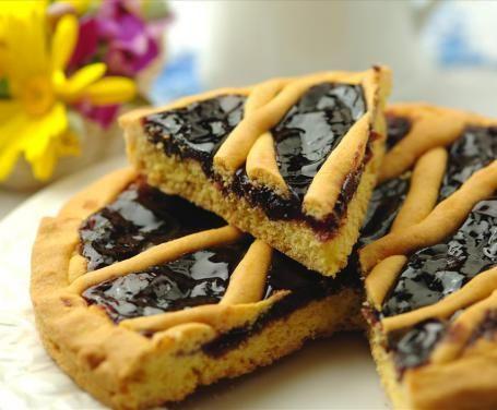 La crostata alla marmellata senza uova è un dessert molto invitante e goloso, ideale da gustare a colazione o a merenda.