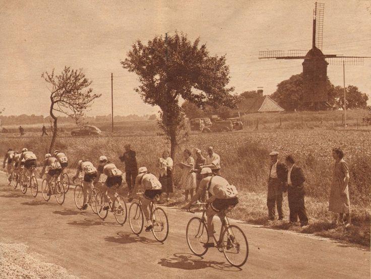Tour de France 1952. 4^Tappa, 28 giugno. Rouen > Roubaix. Nella pianura delle Fiandre francesi, si staglia imponente il profilo di un mulino a vento. Risalendo il gruppo si riconoscono Roger Rossinelli (1927-2005), Jean Dotto (1928-2000), Alfredo Martini (1921-2014), Pierre Molineris (1920-2009), Marcel Zelasco (1924-2002), Lucien Lazarides (1922-2005), Jan Nolten (1930-2014), Maurice Quentin (1920-2013) e Martin Metzger (1925-1994) [Le Miroir des Sports]