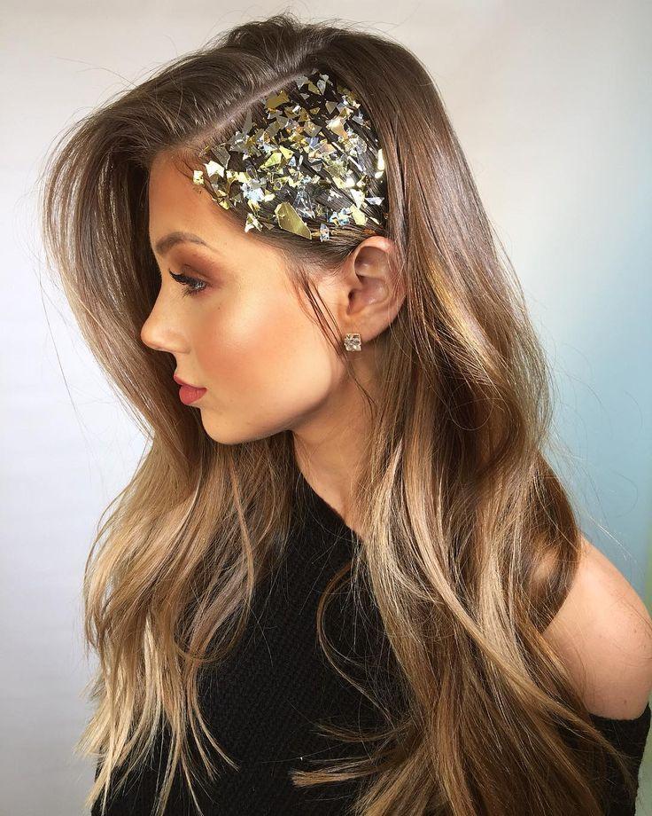 Pedacinhos de papel metalizado colados com gel na lateral do cabelo, fica um efeito incrível!