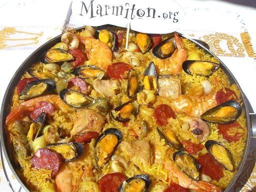 chorizo, poivre, riz, filet de poulet, moules, tomate, crevette, calamar, bouillon de volaille, oignon, huile d'olive, ail, sel, safran, poivron
