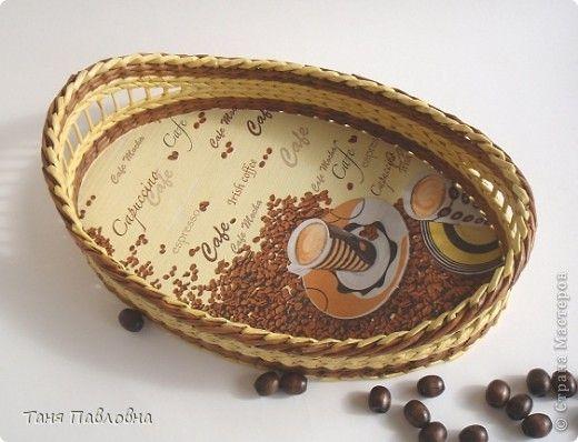 Поделка изделие Декупаж Плетение Кофейный подносик Бумага Коробки Салфетки Трубочки бумажные