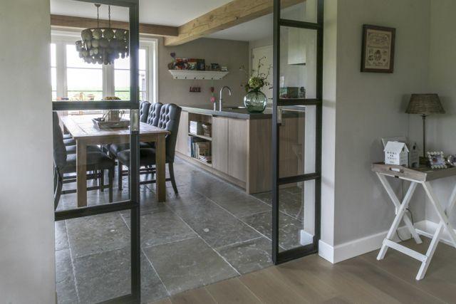Woonkeuken met prachtige natuursteen vloer van Bourgondische dallen in combinatie met houten vloer in woonkamer. Warme natuurtinten.  #natuursteen kersbergen.nl