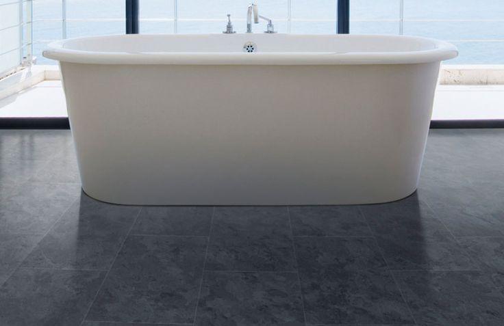 Pvc vloer betonlook. Geschikt voor alle ruimten zoals de badkamer, woonkamer, keuken of slaapkamer. Past zowel in een modern interieur als een industrieel Interieur. Geschikt voor vloerverwarming. Bestel tot 6 gratis vloerstalen op onze website. Pro Fix - Dark slate: Pvc klik tegels (858) € 29,95 / m2 (incl. BTW). #pvcvloer #pvc #vloer #badkamer #woonkamer #keuken #tegels #klik #dark #donker #zwart #grijs