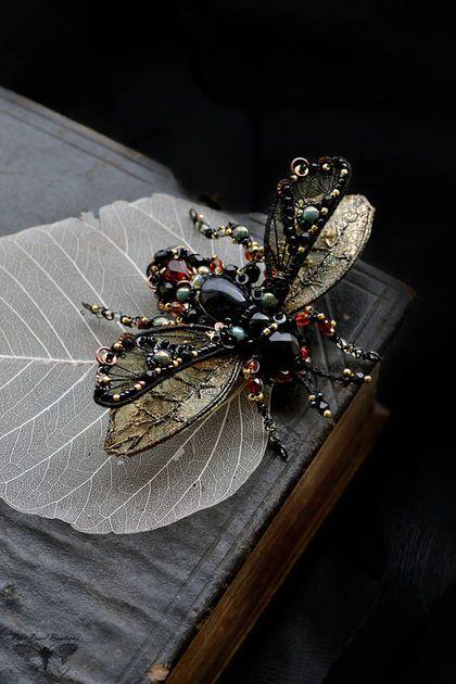Купить или заказать Брошь Жук в ручной вышивке в интернет-магазине на Ярмарке Мастеров. Роскошный Брошь Жук в ручной вышивке. Вышивка на имитации кожи. Крылья изготовлены из проволоки, тюля и органзы, и нитей и расшиты бисером, чешскими кристаллами, пайетками. Размер: прибл. 6 см * 9 см высота * ширина с рогами, ногами и крыльями.