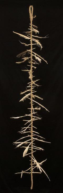 """Escalera de una bruja está hecha de nudos de pelo, cáñamo, lana o algodón y plumas u otros encantos. El número de nudos y la naturaleza de los encantos varía con el efecto deseado o hechizo. También pueden ser utilizados para """"unir las trece lunas del año"""", supuestamente para permitir a la bruja para trabajar mejor clima y naturaleza mágica y para abrir la puerta al reino Faery. Muchos mantienen una escalera personal donde se utilizan los nudos o cuentas para realizar un seguimiento de la…"""