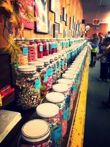 Le fameux magasin à bonbons Chutters de Littleton, dans l'état du New Hampshire. Fier de détenir le record Guinness du plus long comptoir à bonbons au monde!