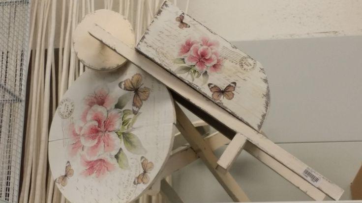 A little customized wheelbarrow for the table decor