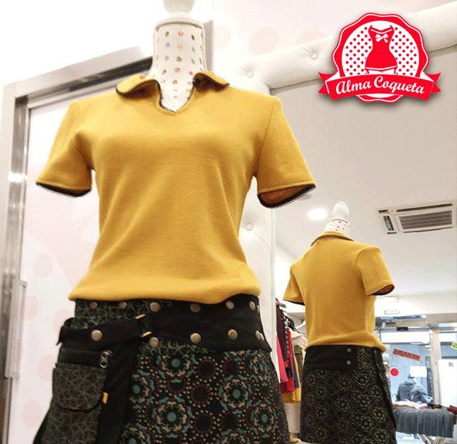 Jersey fino con cuello tipo polo en el color de moda ¿no lo quieres en tu armario? #camiseta #amarilla #mostaza #día #moda #retro #fashion #almacoqueta #leonesp