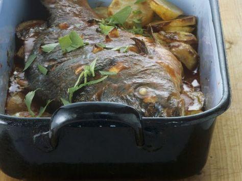 Gebackener Karpfen mit Wein-Tomaten-Soße ist ein Rezept mit frischen Zutaten aus der Kategorie Fisch. Probieren Sie dieses und weitere Rezepte von EAT SMARTER!